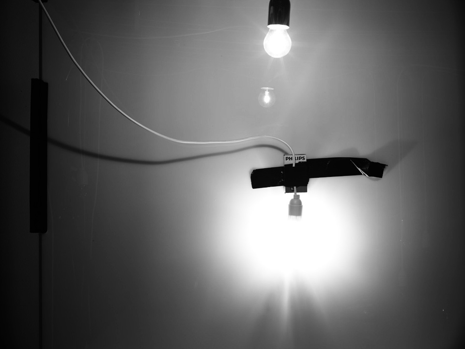 Fil et ampoules-contre jour (c) PHILIPPE LACOMBE